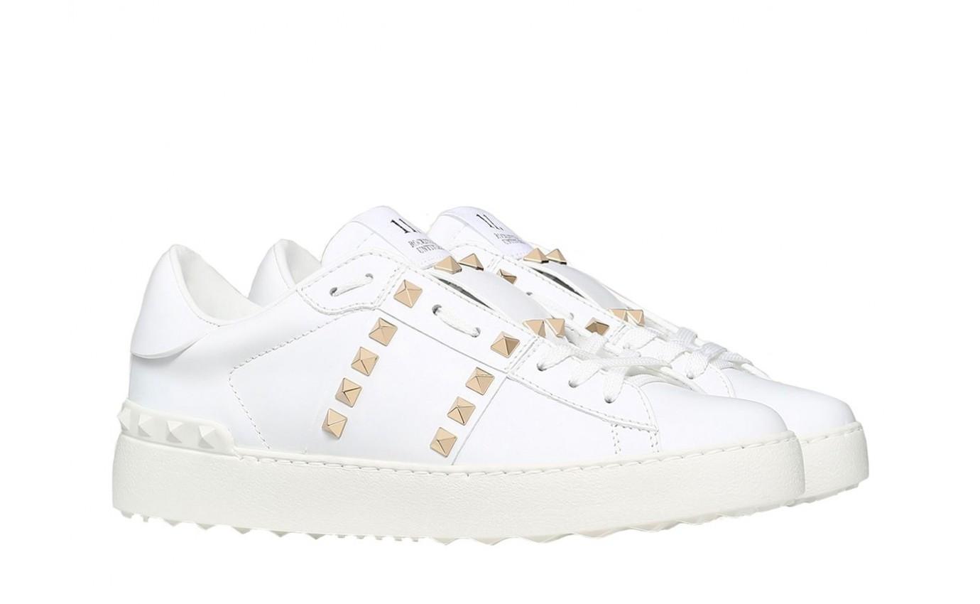 Chaussure de luxe pour femme Valentino Tennis Rockstud Untitled blanc sertis de clous dorés