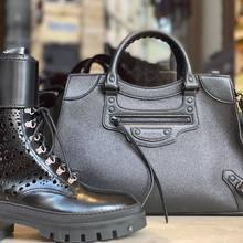 La collection automne est en boutique , forte et stylée , comme vous !!   Rangers boots @maisonalaia  Sac NeoClassic @balenciaga   #balenciaga #itbag #neoclassicbag #alaïa #fw21 #parenthesebordeaux #parentheseaddict
