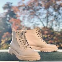 Combat Boots for lockdown ballade ...il fait beau aujourd'hui, alors je chausse mes combat boots de chez Gianvito Rossi qui seront parfaites avec toutes les jupes ou pantalons aux couleurs d'automne si tendance cette saison !! 🍂🍁🐿 Bon week-end à tous 🧡 . . . . #gianvitorossi #combatboots #falloutfit #parenthesebordeaux #parentheseaddict