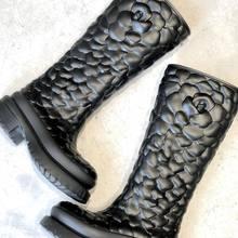 Nouvelles bottes de pluie «Rose Atelier» en gomme du défilé Valentino !!  Disponible en noir tout de suite et en ivoire en pré commande !!   #valentino #atelierscollections #rainboots #parenthesebordeaux