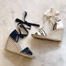 Nouveaux compensés Gucci avec une hauteur très confortable et en 2 couleurs super faciles pour le printemps été !!  N'oubliez pas : Paiement en 4 fois sans frais possible et livraison gratuite 🎉 . . #guccishoes #guccilovers #parenthesebordeaux #shoesoftheday #parentheseaddict #shoponline