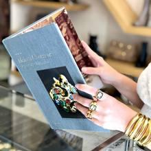 Démarrez la rentrée avec un bijoux @goossens , des pièces chanceuses 🍀 pour des femmes audacieuses !!   #goossens #artjewellery #luckygirl #parenthesebordeaux #parentheseaddict