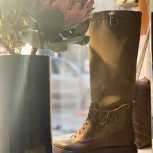 Superbe botte Aquazzura , semelle crantée et matière technique disponible également en noir  Parfaite en robe, jupe pour affronter les premiers froids .  #aquazzurashoes #winteriscoming #parenthesebordeaux